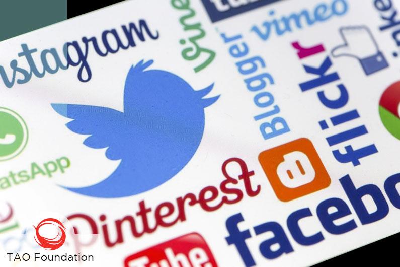 COMMUNICATION VIA SOCIAL MEDIA // COMUNICACIÓN EN REDES SOCIALES